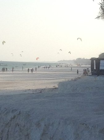Waterlovers Beach Resort: Looking up the beach at the kite surfers