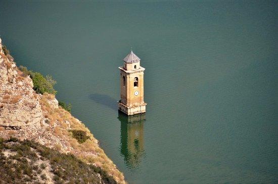 Provincia de Zaragoza, España: Cupula de la Iglesia San Juan Bautista sobre el rio Ebro en Fayon.