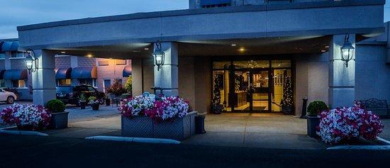 Ambassador Hotel: Hotel Porte Cochere Entrance
