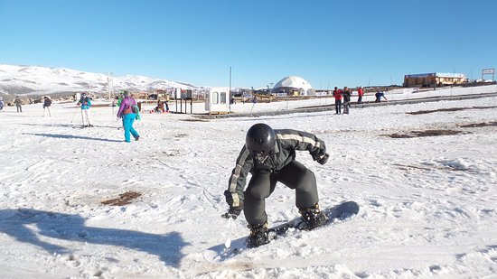 Praticando snowboarding no Parque Farellones