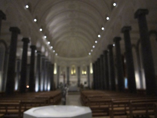 Longford, Irlanda: Interior del templo.