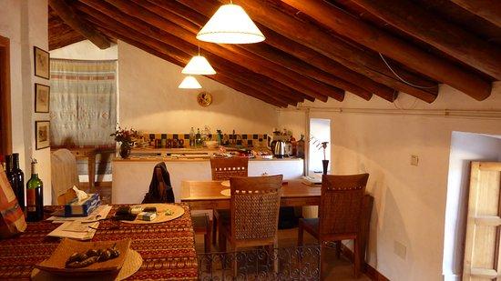 Finca Retama Farmstead : Apartment, dining table and kitchen