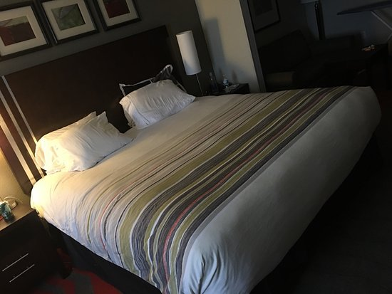 Country Inn & Suites By Carlson, Dearborn : My bed after room service, it's nice to come into my room after a long day of work to a clean ro