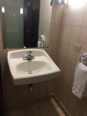 Red Lion Hotel Anaheim Resort: a pia do banheiro é velha, muito diferente do que nos foi mostrado nas fotos do hotel!!!