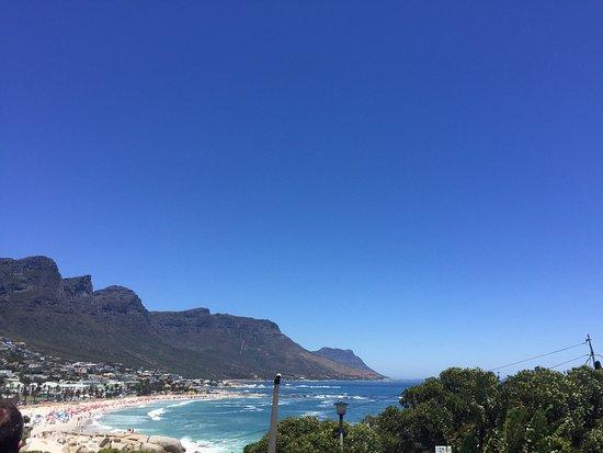 Camps Bay, South Africa: Praia, ao fundo morro dos 12 apostolos