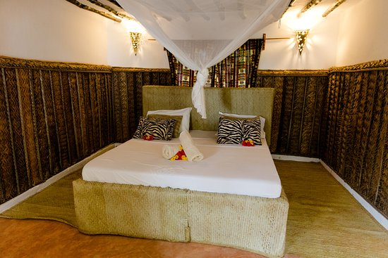 bett im bungalow bild fr n dolphin safari lodge kizimkazi tripadvisor. Black Bedroom Furniture Sets. Home Design Ideas