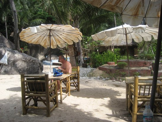 Koh Tao Bamboo Huts : The lovely beach umbrellas at the Elvis Cafe