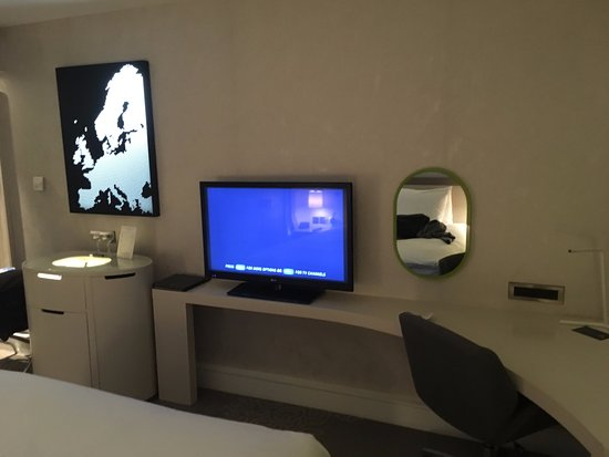 Hilton London Heathrow Airport: More ambience. The light up map was cool!