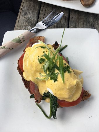 Ahipara, Nueva Zelanda: Eggs bene with bacon 👌🏻..   coffee is amazing