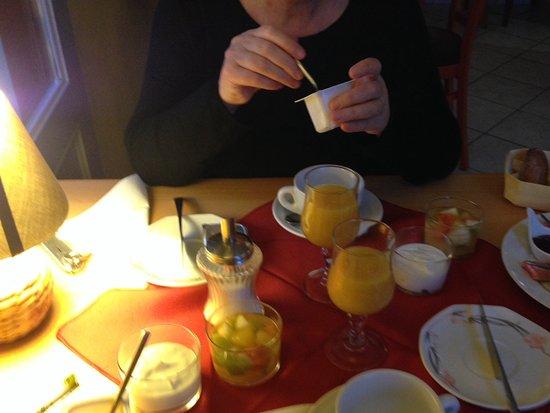 Groix, Francia: Le petit dejeuner croissants, pains au chocolat, fruits, confitures, beurre, jus de fruits,etc
