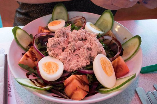 Belper, UK : Tuna salad meal, beautifully presented. I'm having one next time.