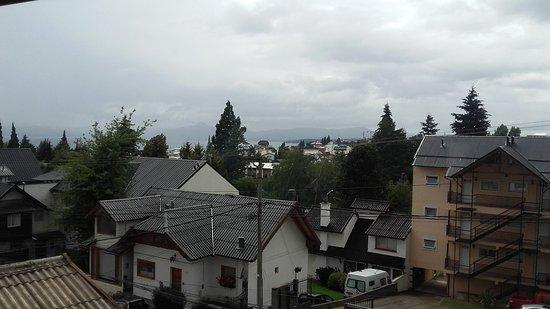 Hosteria Guemes: Vista desde el balcón del salón aunque el día estaba nublado. De lo contrario se ve el lago