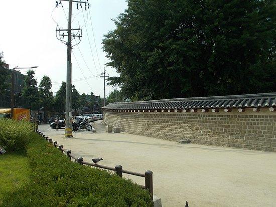 Jongmyo Shrine : Just outside the Shrine (on the way back to Jongno 3-ga Metro Station nearby)