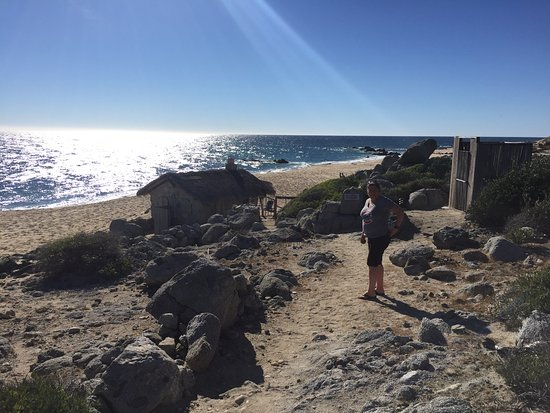 Los Frailes, Mexiko: My wife poses outside the Stone Beach Cottage and outhouse