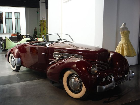 Automobile and Fashion Museum : 1937 Cord (model 810/812)