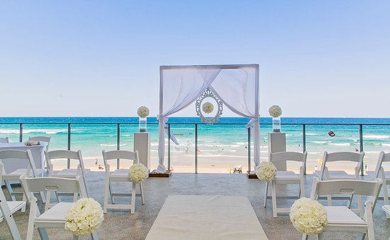 Coolum Beach, Australia: A beautiful ceremony on the deck