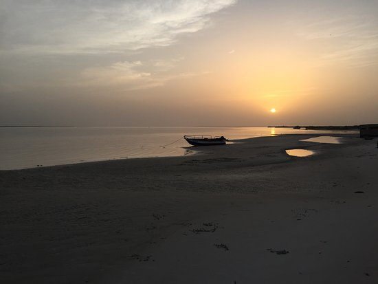 Mar Lodj, Senegal: Couché de Soleil sur le Saloum - Vue depuis la plage de l'hotel
