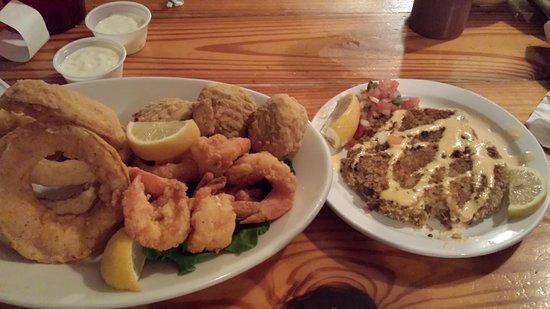 Crystal Beach, TX: Tasty onion rings, fabulous shrimp and crab cakes that are out of this world!