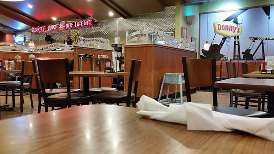 Lost Hills, CA: Clean and modern Denny's.