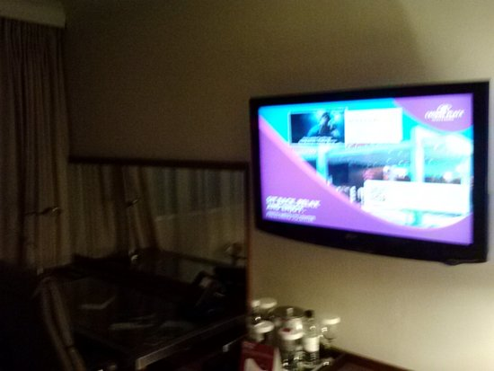 Crowne Plaza Manchester Airport: TV over dresser