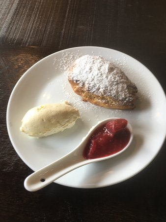 Wineglass Cafe & Sargoods Restaurant : Scone