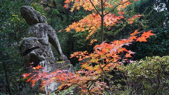 Tamatsukuri Onsen: Red leaves in front of a statue