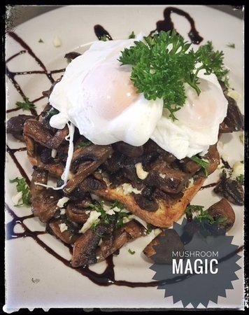 Bundall, Australia: Delightful breakfast option of Sauteed mushrooms, feta, eggs, toast