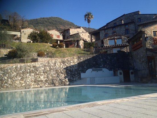 Borgo a Mozzano, Italy: Il borgo e la piscina