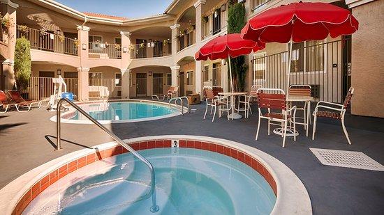 Santee, CA: Relax poolside