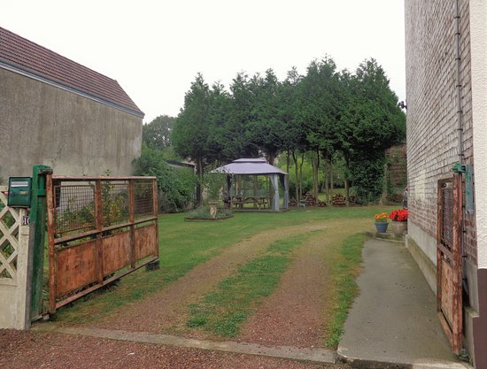 Martinpuich, France : Driveway B&B and yard with awning