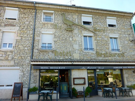 Neuville-sur-Ain, France : Front of Hotel and Restaurant