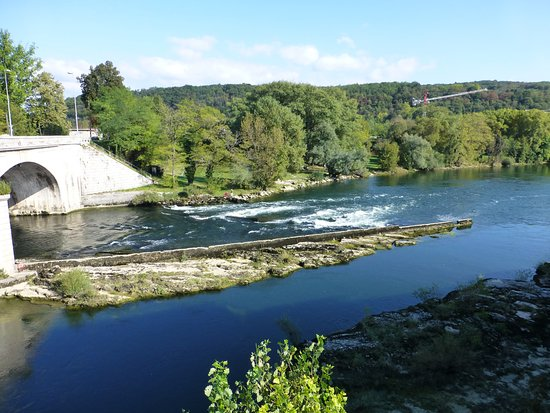 Neuville-sur-Ain, France : River Ain in front of Hotel