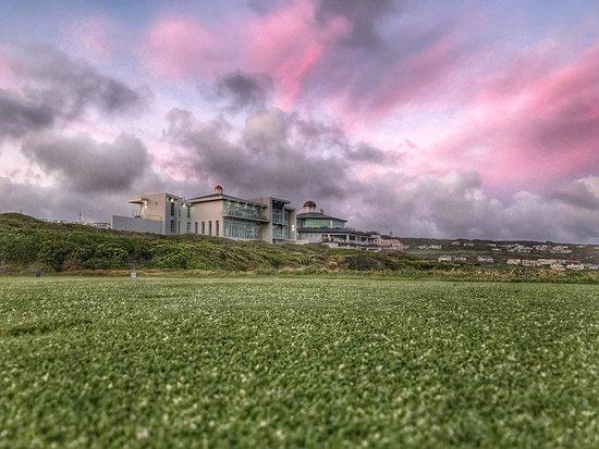 พินนาเคิลพอยต์ บีช แอนด์ กอล์ฟ รีสอร์ท: The Southern Cape sunsets are best enjoyed at Pinnacle Point Estate. Beach, Golf & Heritage.