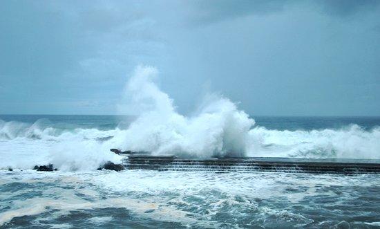 Bajamar, إسبانيا: Такие волны - одна из местных достопримечательностей - волны каждый раз разные - отличное шоу!