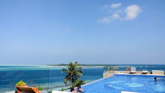 Thulusdhoo Island: Season infinity pool