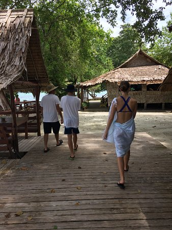 Lola Island, Islas Salomón: Walking to breakfast
