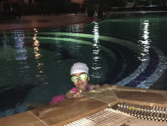 Lucky Angkor Hotel: Enjoying the pool in the evening after a long day to PV