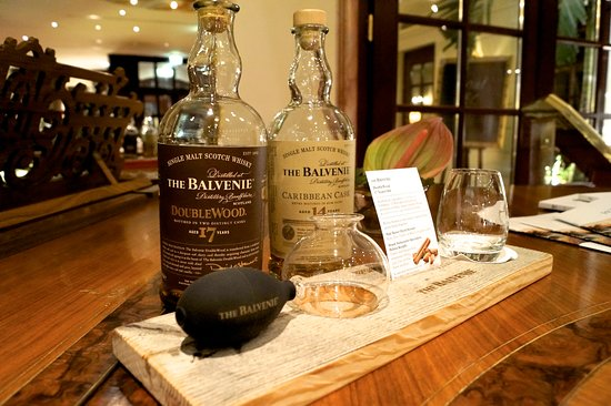 """Bülow Palais: Whiskyprobe """"Riechen-Pumpen-Riechen"""" an der Palais Bar"""