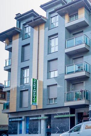 Apartamentos Spa Cueto: Edificio moderno y muy cuidado.