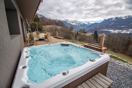 Terrasse Jacuzzi - Picture of Chalet With Altitude, Samoens ...