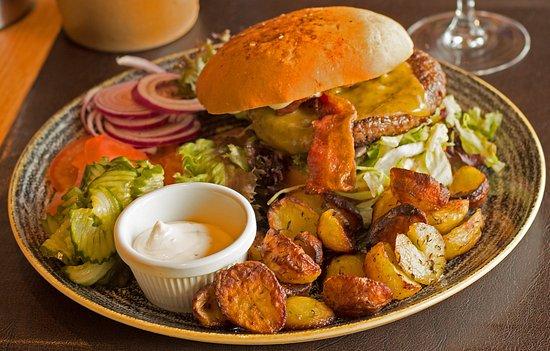 Henne, Denmark: Safe burger med pandestegte kartofler.