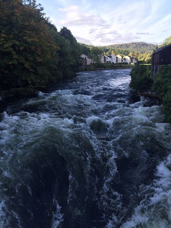 Newby Bridge, UK: The adjacent River Leven in full flow