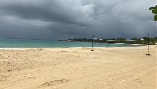 Picnic Center Hotel & Restaurant: Nice beach. One of the best in the Caribbean.