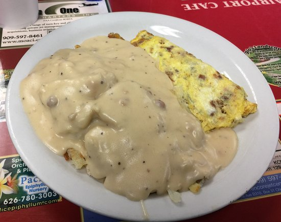 Chino, CA: Bacon omelette with biscuits and gravy