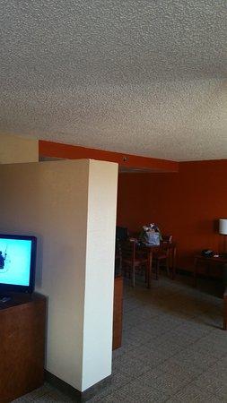 Comfort Inn & Suites: Notice the wall does not go to ceiling. No door
