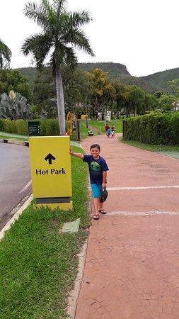 Hot Park: Montanhas ao fundo