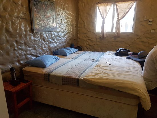 Ponta do Ouro, Mozambique: Acne'd walls and ill fitting bed sheets