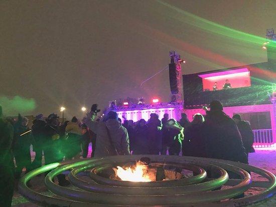 مونتريال, كندا: Devant un feu et un DJ!