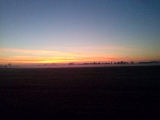 Ocaso y skyline con banco de niebla en els Aiguamolls de l'Empordà