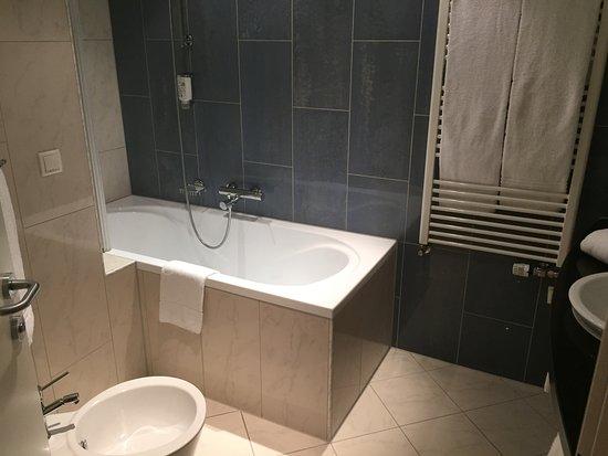 De badkamer met ligbad picture of austria trend hotel ljubljana